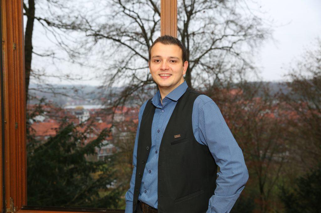 Daniel Tofeld eim Möllner Zimmer mit Blick auf die Altstadt