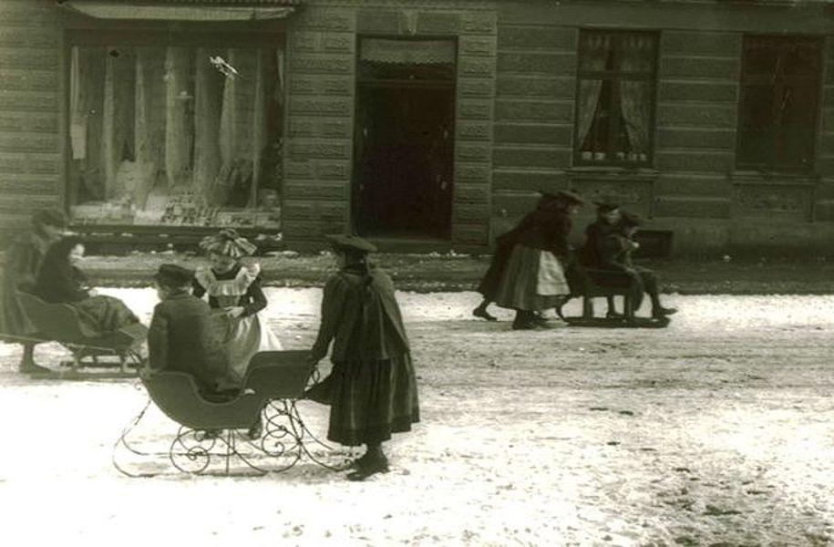 Kinder und Erwachsene beim Rodeln 1912; Foto: © Stadtarchiv Mölln