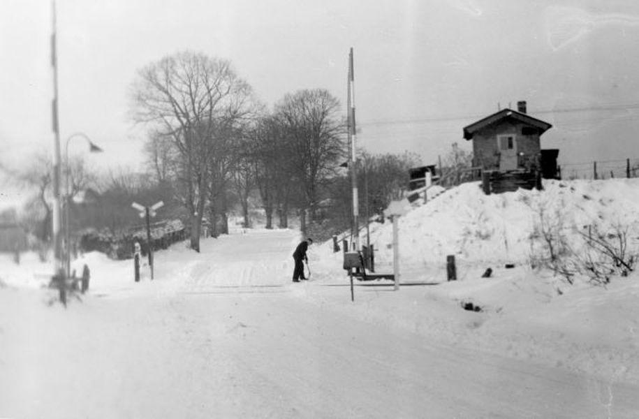 Bahnübergang Lankauer Weg, Schrankenwärter beim Schneeräumen vor 1964; Foto: © Stadtarchiv Mölln