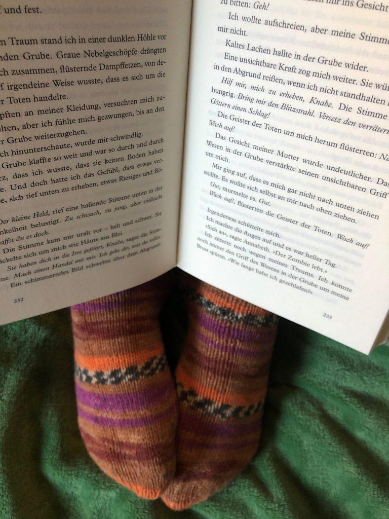 Dicke Socken und ein Buch; Foto: © Kathrin Thomann